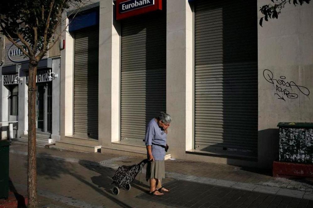 El Gobierno de Tsipras ha convocado para el próximo fin de semana un referéndum sobre la propuesta de la troika para seguir prestando dinero al país. Pero mientras tanto, esta semana a los griegos les toca ingeniárselas para sobrevivir. | REUTERS