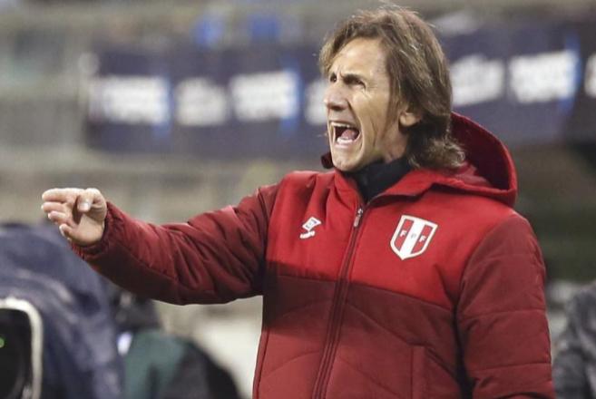 El seleccionador de Perú, Ricardo Gareca, durante el partido contra...