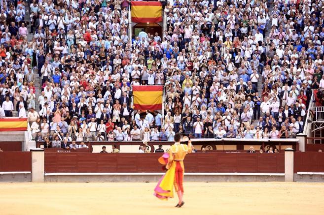 El público abarrota la plaza de toros de las Ventas durante un...