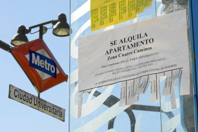 Carteles que ofrecen el arrendamiento de viviendas para universitarios...