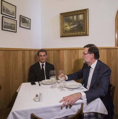 La foto de Rajoy y Sarkozy que ha compartido el presidente en Twitter.