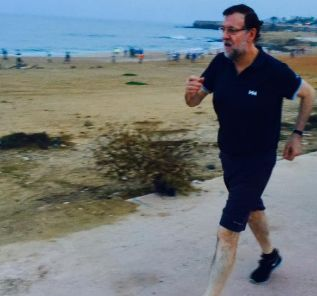 Foto compartida desde la cuenta oficial de Rajoy en la que se ve al...