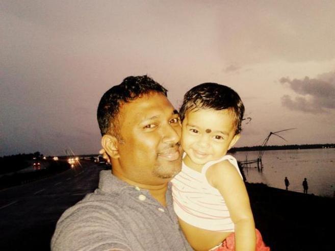El usuario de Twitter hindú Midhun Raj se fotografía junto a su hija...