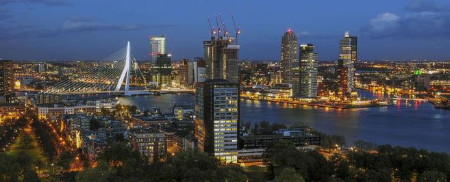 Imagen nocturna de la ciudad holandesa de Rotterdam