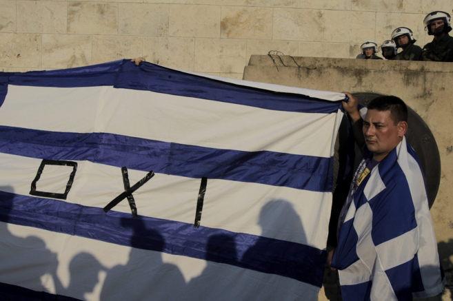 Un hombre con un 'no' en la bandera nacional se manifiesta...