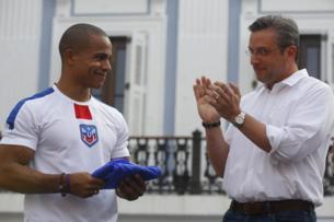 El Gobernador de Puerto Rico, Alejandro Padilla (derecha), en una...