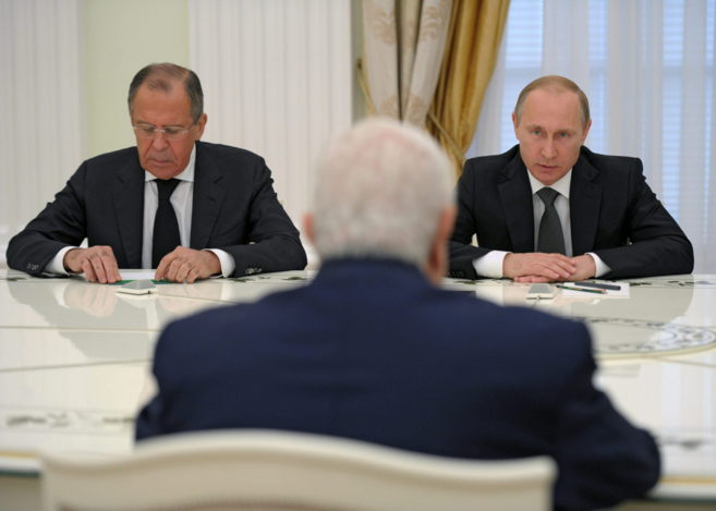 Vladimir Putin (dcha.), junto al ministro ruso de Exteriores, Serguei...