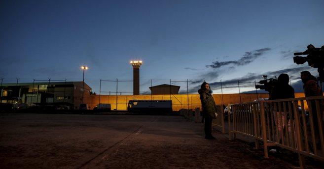 La cárcel de Soto del Real con periodistas esperando a que salga Luis...