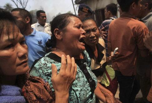 Una familiar de una de las víctimas llora tras enterarse del...