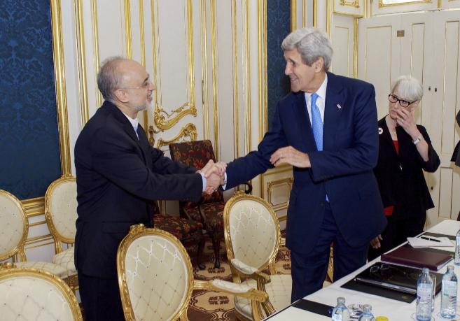 John Kerry saluda al presidente de la Organización de Energía...