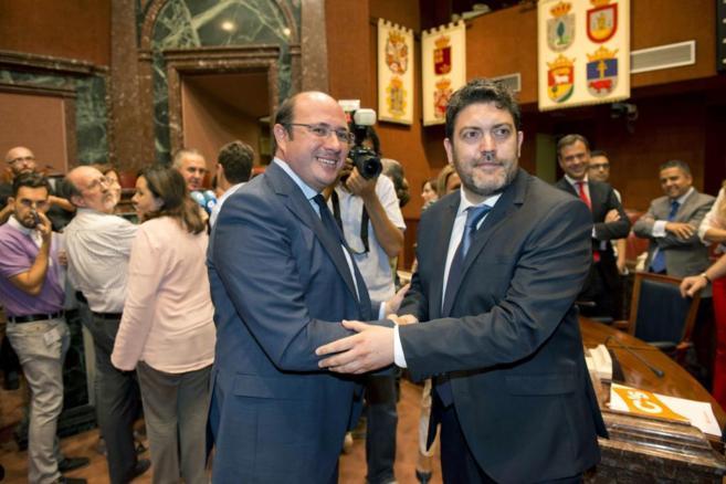 Pedro Antonio Sánchez es felicitado por el portavoz de C's, Miguel...