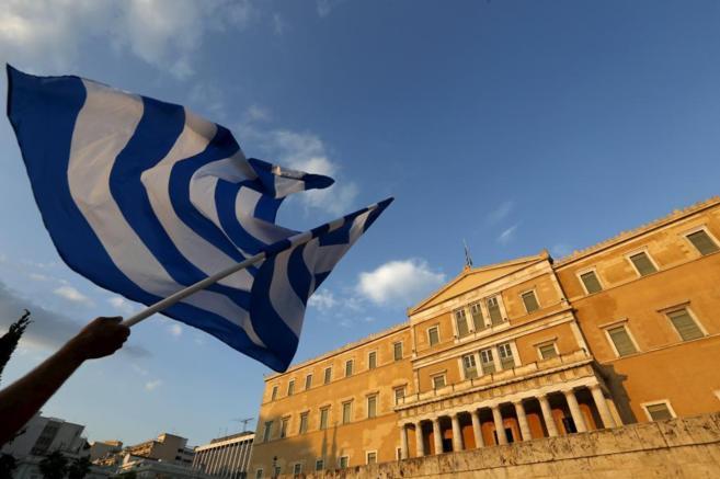 Bandera griega en la Plaza Syntagma de Atenas