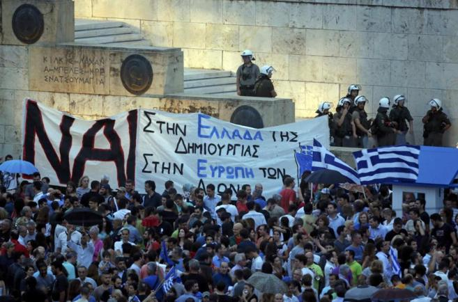 Manifestantes a favor del 'sí' en el referendum, ayer en la...