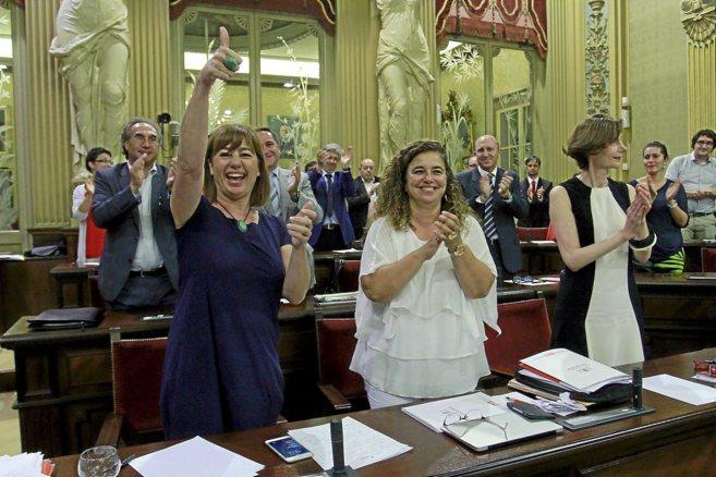 Armengol celebra la votación que le permite ser presidenta del Govern...