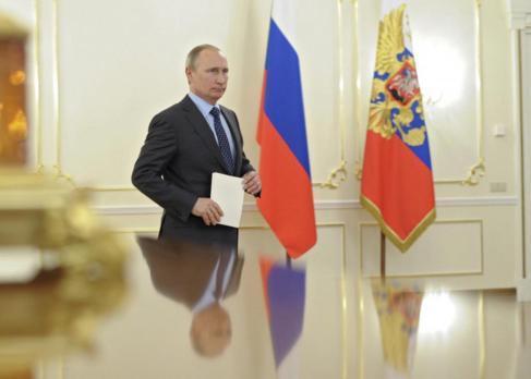 El presidente  ruso Vladimir Putin en la residencia oficial de...