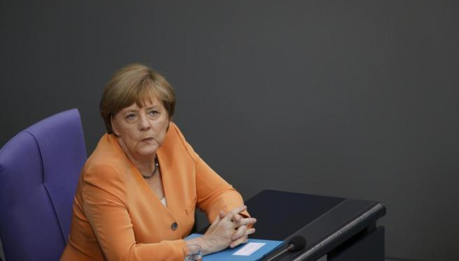 Angela Merkel atiende durante un debate parlamentario sobre la crisis...