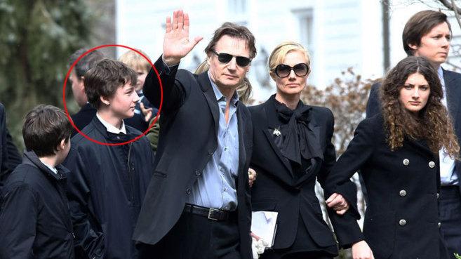 Michaél Neeson (círculo rojo), tras su padre Liam, en el funeral por...
