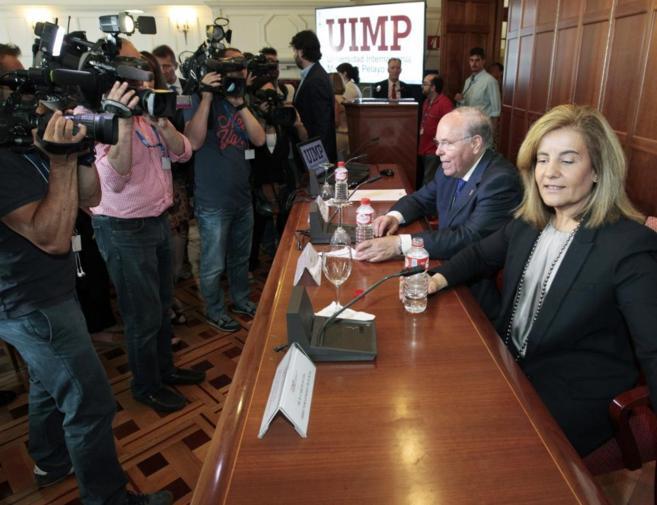 La ministra de Empleo y Seguridad Social, Fátima Báñez momentos...