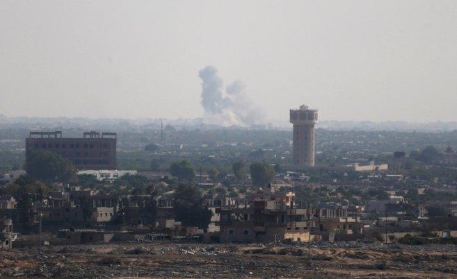 Una nube de humo se observa en el norte de Sinaí visto desde la...