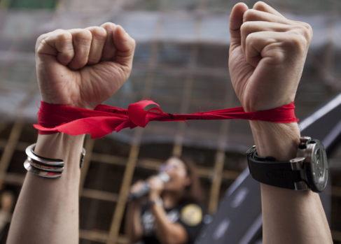 Un hombre se ata las manos en la manifestación por la libertad de...