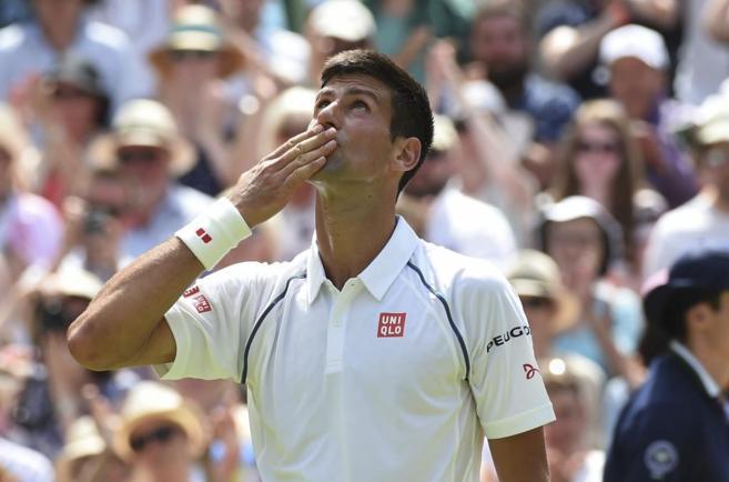 Djokovic lanza un beso al cielo londinense tras vencer al finlandés...