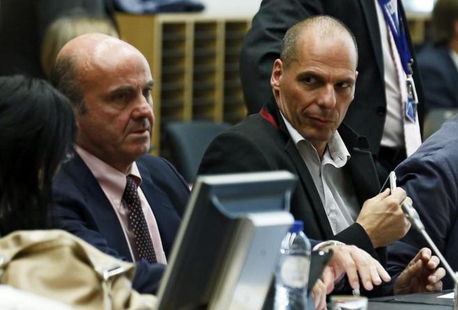El ministro español de Economía, Luis de Guindos, junto a su...