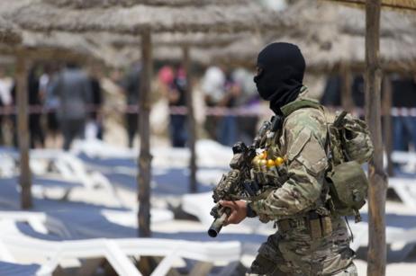 Un soldado enmascarado patrulla la playa de Susa, en Túnez.