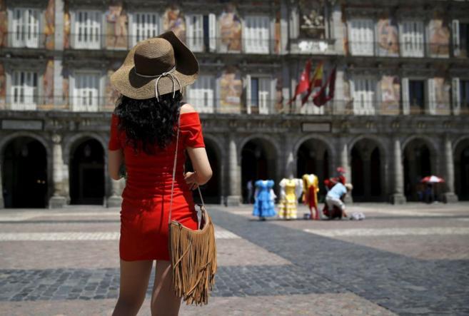 Una turista frente a la Casa de la Panadería de la Plaza Mayor de...
