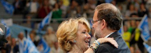 Esperanza Aguirre abrazando a Rajoy en el acto final de campaña.