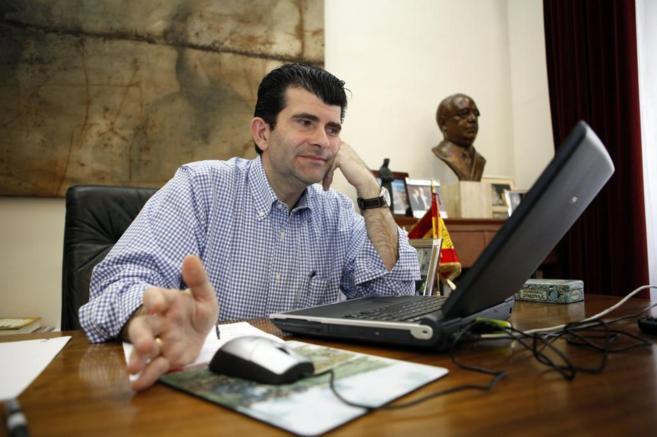 El ex alcalde de Alcalá, Bartolomé González, en 2010 en su despacho...