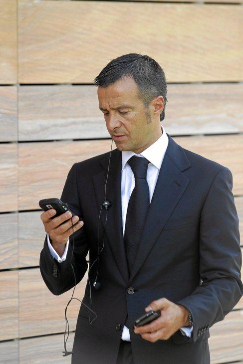 Mendes atiene una llamada con su teléfono.