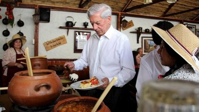 El escritor peruano Mario Vargas Llosa visita la casa museo que lleva...