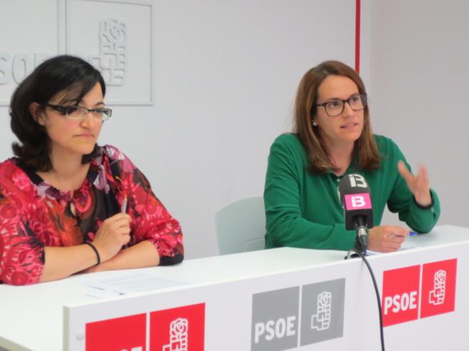 Las cabezas de lista del PSOE de Menorca, María José Camps (al...