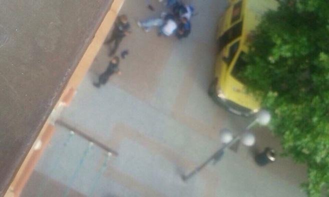 Los servicios de Summa asisten al asaltante herido.