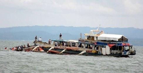 Pasajeros son rescatados tras el ferry naufragar cerca de la isla de...