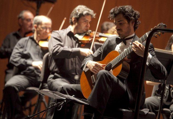 El guitarrista Pablo Villegas interpretando junto a la Orquesta de...