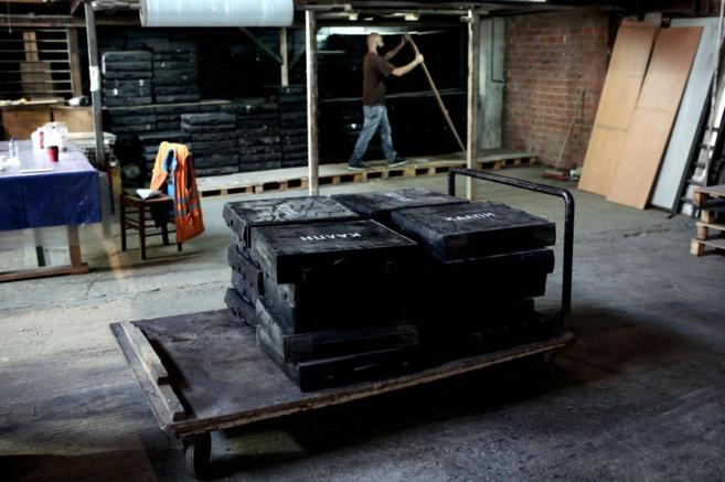 Las urnas para el referéndum, en un almacén en Atenas.