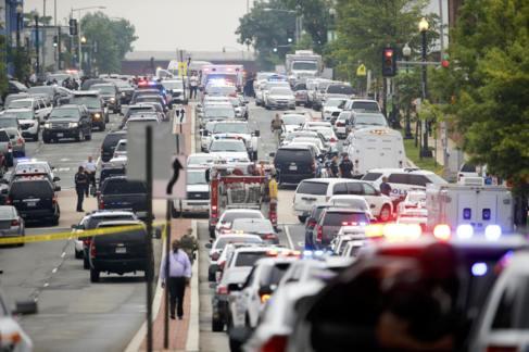 La policía bloquea las calles alrededor del Navy Yard, en Washington.