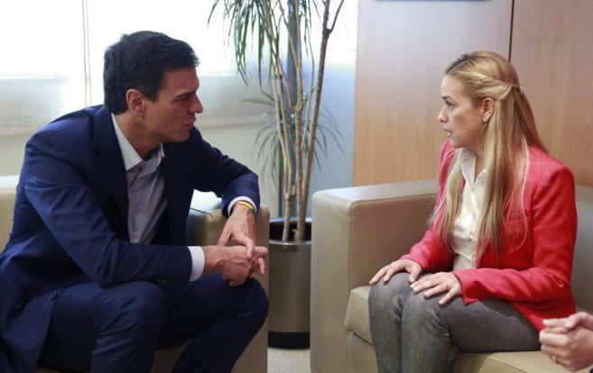 Pedro Sánchez recibe a la activista venezolana Lilian Tintori, esposa...
