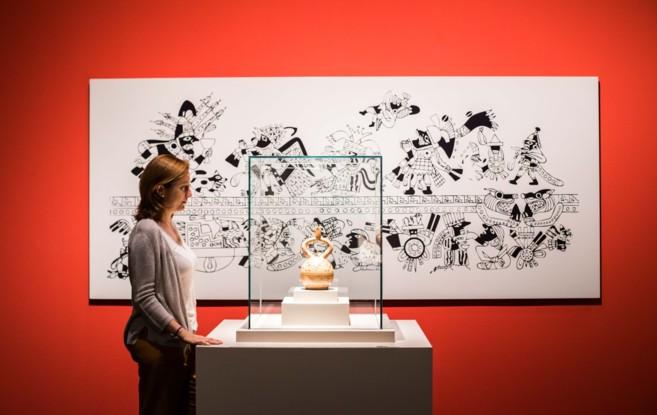 Una asistente observa una de las 200 piezas que acoge Caixa Forum...