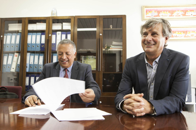Hiquingari Carranza firma el acuerdo acompañado por José Francisco...