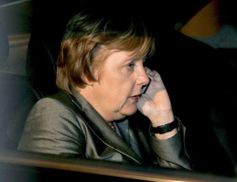 Merkel a la salida de una reunión de su partido en Berlín, la NSA la...