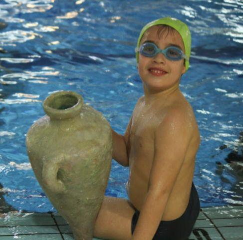 Un niño que participa en 'Un naufragio en tu piscina'.