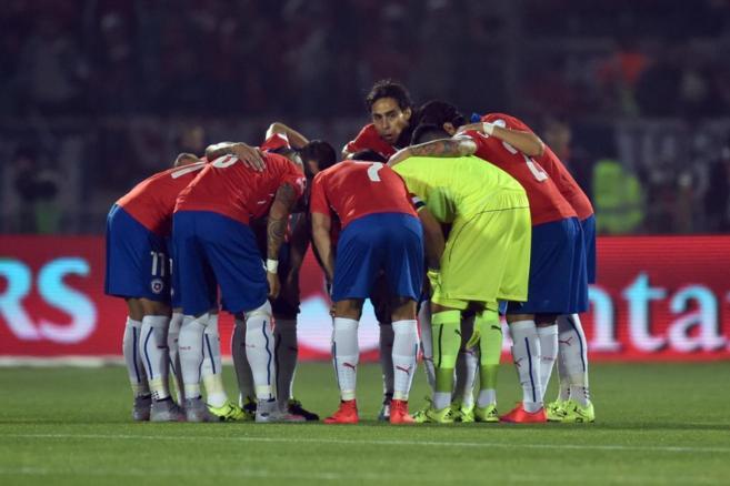 Los jugadores chilenos se conjuran durante de la semifinal ante Perú...