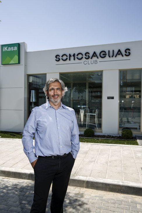 Iván Rodríguez, ante la caseta de ventas de una de sus promociones.