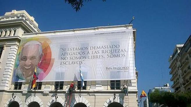Carteles de la visita del Papa Francisco a Ecuador.