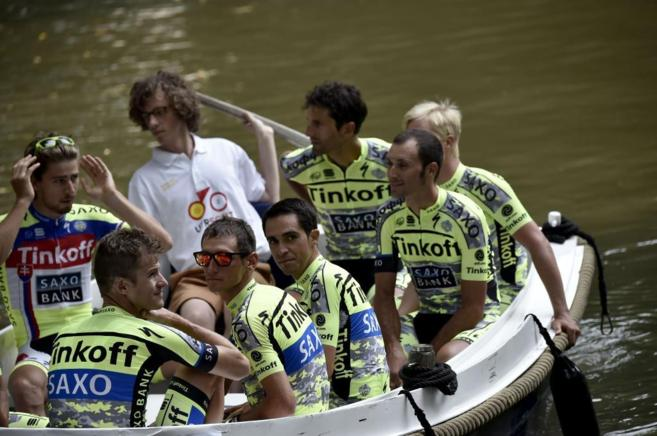 Contador y su equipo, el Tinkoff-Saxo, durante la ceremonia de...