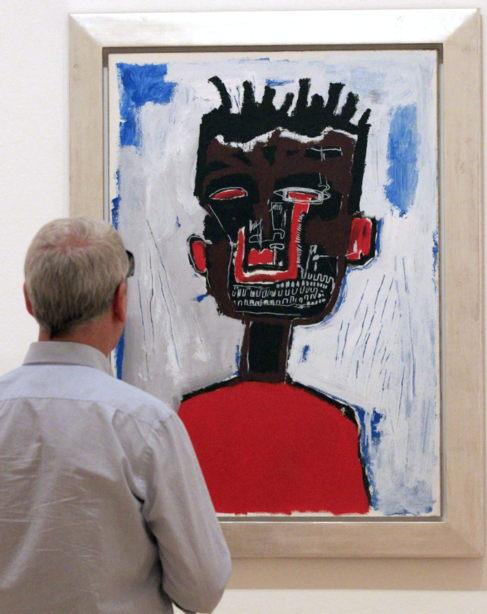 Un visitante frente a 'Autorretrato' (1984)