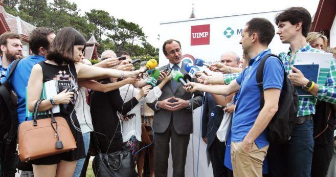 El ministro de Sanidad Alfonso Alonso atiende el pasado miércoles a...