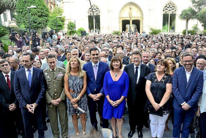 Francina Armengol posa en una foto multitudinaria a la puertas del...